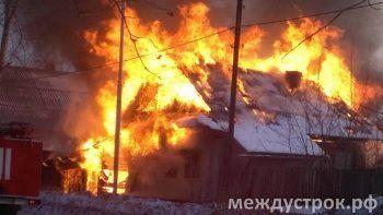 На улице Ермака горит жилой дом. ФОТОФАКТ