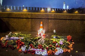 Мэрия Москвы согласовала траурный марш памяти Бориса Немцова в центре города. Следователи озвучили первые версии