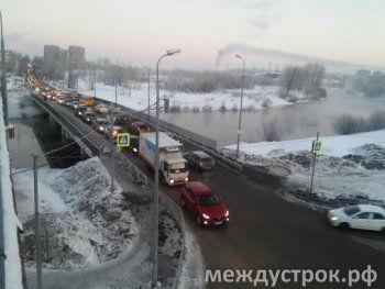 Нижний Тагил встал в многокилометровых пробках после закрытия аварийного моста на Фрунзе (ФОТО)