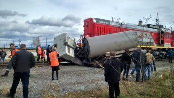 Поезд сбил грузовик на Свердловской железной дороге (ФОТО)