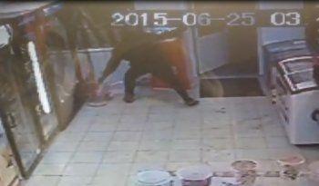 «Это банда терминальщиков». Камеры видеонаблюдения сняли кражу терминала из магазина под Екатеринбургом (ВИДЕО)
