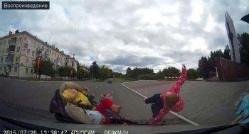 Жуткие кадры! В Лесном Volkswagen сбил коляску с тремя детьми (ВИДЕО)