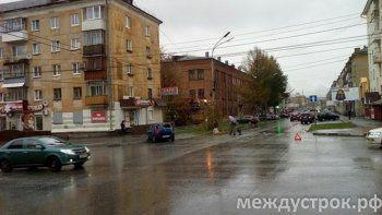 В центре Нижнего Тагила Renault столкнулся Mercedes и вылетел на тротуар (ВИДЕО)