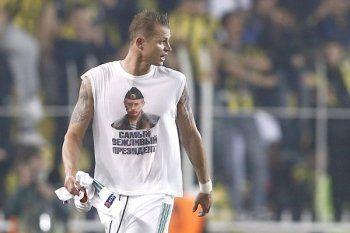 На футбольном матче в Турции игрок московского клуба прошёл по полю в футболке с Путиным. Российских фанатов закидали камнями (ВИДЕО)