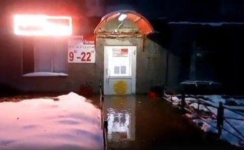 В Нижнем Тагиле из-за аварии на водоводе затопило отремонтированную летом улицу. Ремонтники не могут найти закатанный в асфальт колодец
