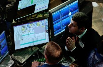 «Хоронили рубль — сломали два табло». Это уже не смешно: евро – 92, доллар – 73!