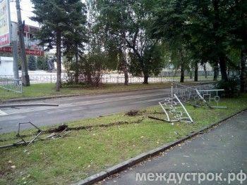 В центре Нижнего Тагила «семёрка» без тормозов снесла забор