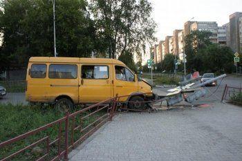 В Нижнем Тагиле пассажирская «Газель» вылетела с дороги и врезалась в светофор. Есть пострадавшие (ФОТО)