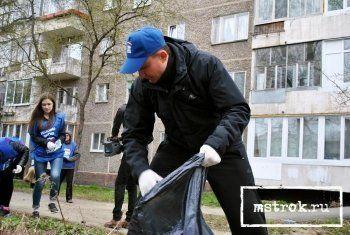 «Коммунальщики не в состоянии очистить весь город». Единороссы прибрали один из дворов Нижнего Тагила