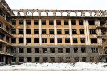 На здании заброшенной больницы в Екатеринбурге сделали надпись из костылей