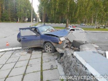 Пьяная тагильчанка протаранила бетонное ограждение НТИИМ