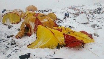 Появилось видео схода лавины, убившей 84 человека на Эвересте (ВИДЕО)
