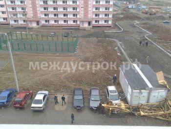 В Нижнем Тагиле строительный кран треста «Магнитострой» рухнул на автостоянку (ФОТО)