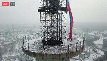 В Екатеринбурге руферы взобрались нателебашню и водрузили российский флаг
