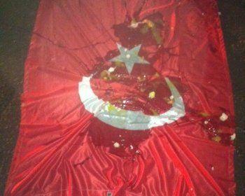 Турецкий флаг сорвали, закидали яйцами и заменили на российский. В Ульяновске напали на пивоваренный завод
