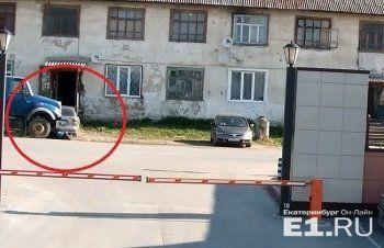 В Белоярском припаркованный грузовик сорвался и переехал пешехода (ВИДЕО)