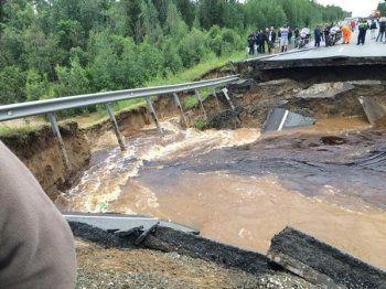 На федеральной трассе Тюмень - Ханты-Мансийск после ливня появилась 7-метровая яма (ФОТО, ВИДЕО)