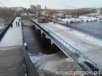 В Нижнем Тагиле открыли новый мост через реку Тагил. Приставы ждут исполнительный лист от прокуратуры для закрытия аварийного моста на Фрунзе