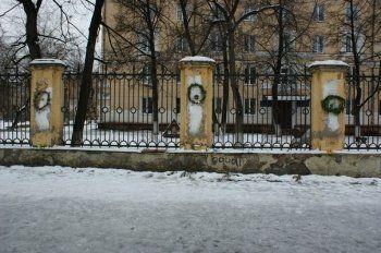«В память всем погибшим произведениям искусства». Тагильские художники возложили траурные венки к месту гибели «Семи святых дев худграфа»
