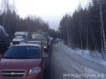 Грузовая фура парализовала движение между Тагилом и Екатеринбургом