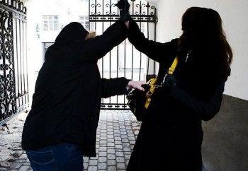 В Нижнем Тагиле пенсионерку ограбили на улице среди бела дня