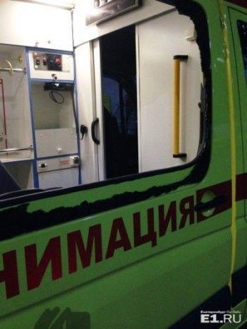 В Екатеринбурге пьяная толпа избила бригаду скорой за отказ помочь самоубийце
