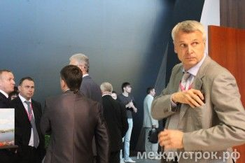 Сергей Носов ведёт кулуарные беседы, а Владислав Пинаев обнимается со старыми друзьями