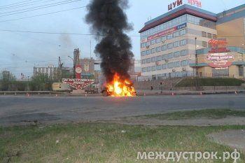 Страшное зрелище: в центре Нижнего Тагила автомобиль сгорел дотла