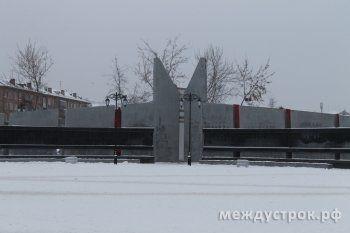 На Площади Славы уже поломаны скамейки и отвалились плиты