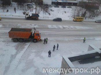 КАМАЗы атакуют. В Нижнем Тагиле грузовик снёс фонарный столб