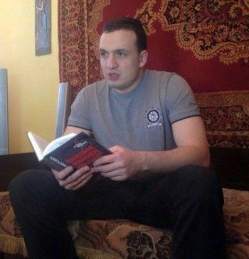 Реалити-шоу: депутат Заксобрания заселился в аварийный барак, чтобы помочь жителям. Коллеги осудили его