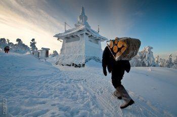 «Он пытался оказать себе медицинскую помощь, но не успел». Стала известна причина смерти туриста у буддистского храма на Урале