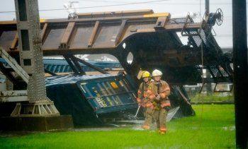 В США шквальный ветер сдул с моста товарный поезд (ВИДЕО)