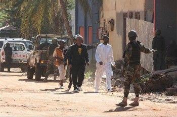 В Мали исламисты захватили в заложники 170 человек в элитной гостинице. Спецназ начал штурм здания
