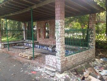 Вандалы содрали всю мозаику с беседки, которую восстанавливали волонтёры