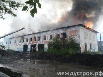 В районе «Тагилхлеба» снова пожар. В Нижнем Тагиле неизвестные подожгли нежилое здание