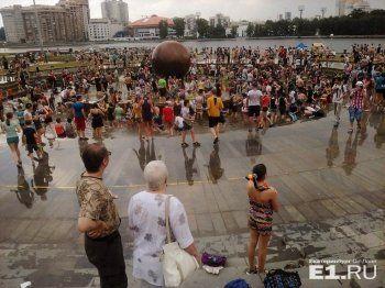 На «Дне Нептуна» в екатеринбургском фонтане застряла девушка (ВИДЕО)