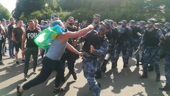 В парке Горького в День ВДВ произошло столкновение между росгвардейцами и десантниками (ВИДЕО)