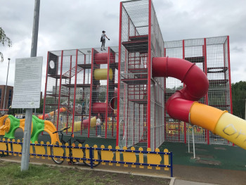 В Нижнем Тагиле подросток попал в больницу после падения на игровой площадке в парке «Народный»