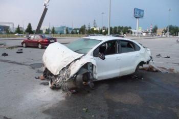 В аэропорту Кольцово такси на полной скорости влетело на автопарковку, несколько раз перевернувшись в воздухе (ВИДЕО)