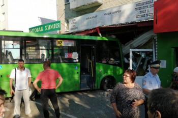 В Тюмени пассажирский автобус врезался в книжный магазин