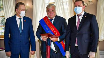 Владислав Пинаев вручил награды жителям Нижнего Тагила и почётным гражданам города