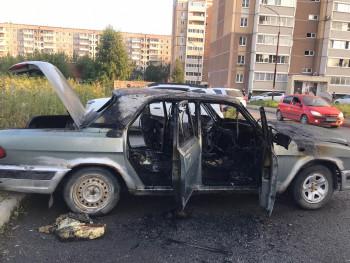В Нижнем Тагиле сгорела «Волга» (ВИДЕО)