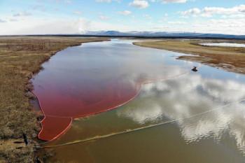 В Норильске часть собранного после аварии топлива вылилась обратно в реку