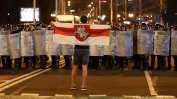 Силовики на скорой помощи, коктейли Молотова и один погибший: в Беларуси вторую ночь протестуют против сфальсифицированных выборов