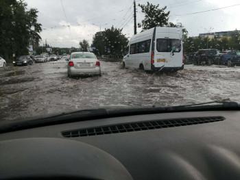 «Так исторически сложилось». Из-за отсутствия в Нижнем Тагиле ливневой канализации во время дождей топит поликлиники, рестораны и торговые центры