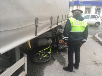 В Первоуральске грузовик насмерть сбил 10-летнего велосипедиста на пешеходном переходе (ВИДЕО)