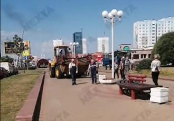 В Минске власти начали срочно демонтировать лавочки, урны и тумбы (ВИДЕО)
