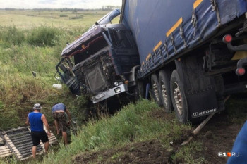 На трассе Екатеринбург — Тюмень грузовик протаранил легковушку. Погибли два человека