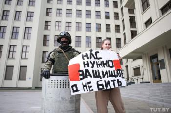 В центре Минска силовики опустили щиты в знак солидарности с гражданами Беларуси